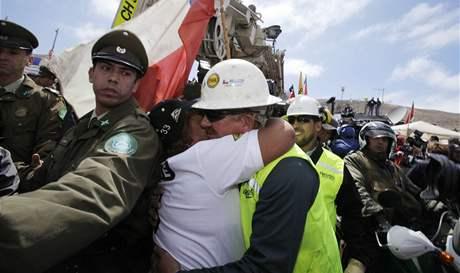 Příbuzná jednoho ze zavalených horníků v Chile objímá experta na vrtání Jeffa Harta