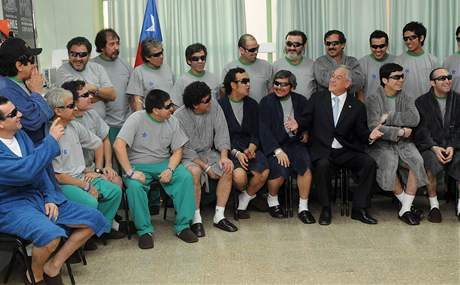 Chilský prezident Sebastián Piňera s horníky v nemocnici ve městě Copiapo