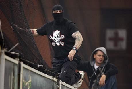 Ivan Bogdanov (vlevo) vedl srbské výtržnosti v Janově. Policie ho poznala podle tetování