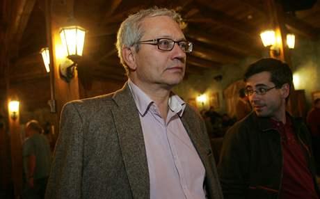 Josef Pavel napjatě sleduje průběžné výsledky na obrazovce televize ve štábu karlovarské ODS  v restauraci U Šimla