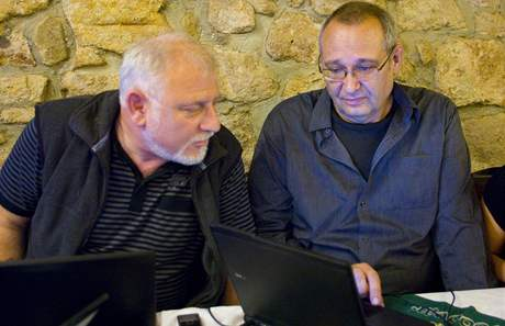 Pavel Rödl (vpravo) sleduje výsledky voleb