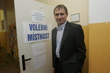 Jiří Čunek odvolil ve vsetínské Základní škole Luh (15. října 2010)