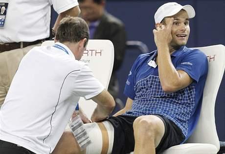 Andy Roddick se nechává ošetřovat v zápase s Garciou-Lopezem na turnaji v Šanghaji