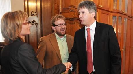 Vítěz voleb v Brně - Roman Onderka (vpravo) - se setkal se zástupci Strany zelených Martinem Anderem a Janou Drápalovou