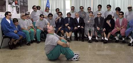 Mario Sepúlveda hovoří v nemocnici před svými 32 kolegy a prezidentem Chile Sebastianem Piněrou o závale (14. října 2010)