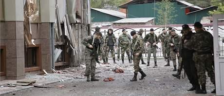 Členové čečenských speciálních sil ohledávají místo sebevražedného bombového útoku u budovy parlamentu v Grozném. (19. října 2010)