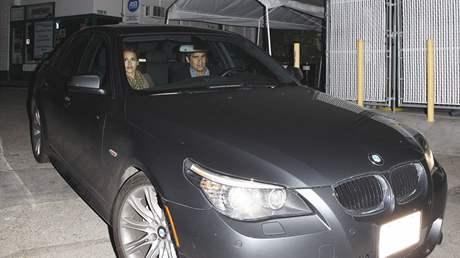 Jessica Alba s manželem odjíždí od restaurace