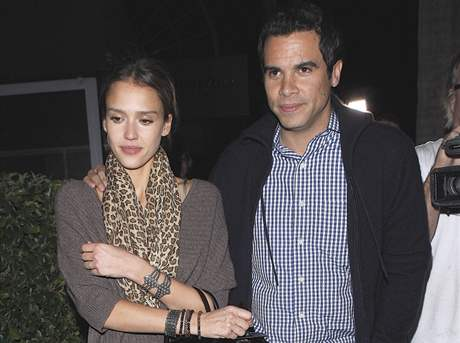 Jessica Alba s manželem odchází po romantické večeři z restaurace