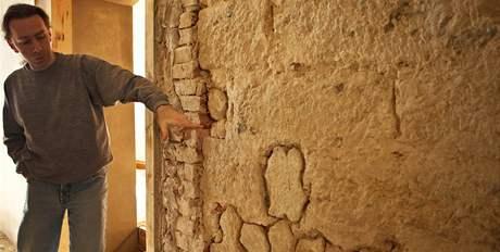 Archeologické nálezy objevené během rekonstrukce části zámku v Děčíně. Stavební historik David Otáhal ukazuje zazdívku dveřního otvoru tvořenou žebry gotické klenby.