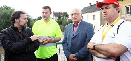 Starosta Hrádku nad Nisou Martin Půta (na snímku ze srpnových povodní je druhý zleva) dostal 60 procent hlasů.