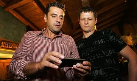 Karlovarský primátor a lídr kandidátky ODS Werner Hauptmann (vlevo) sleduje s Ivanem Vrzalem průběžné výsledky na obrazovce iPhone. Volební štáb karlovarské ODS se v sobotu sešel v restauraci U Šimla.