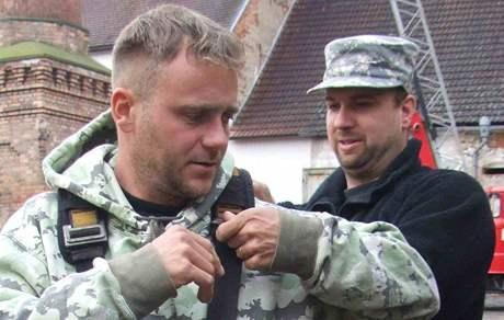 Na komín v areálu soběslavského kulturního střediska vylezl Václav Kural ml. (vlevo) výstroj mu pomáhá obléci šéf Záchranné stanice živočichů v Plzni Karel Makoň.