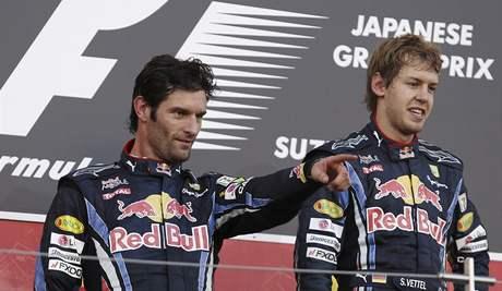 Sebastian Vettel (vpravo) a Mark Webber z Red Bullu na stupních vítězů.