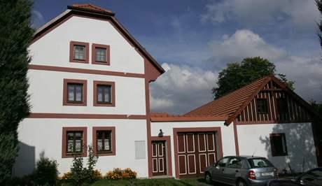 Véska u Olomouce s 200 obyvateli jen kvete. Díky dotacím má luxusní tenisový areál i golfové hřiště