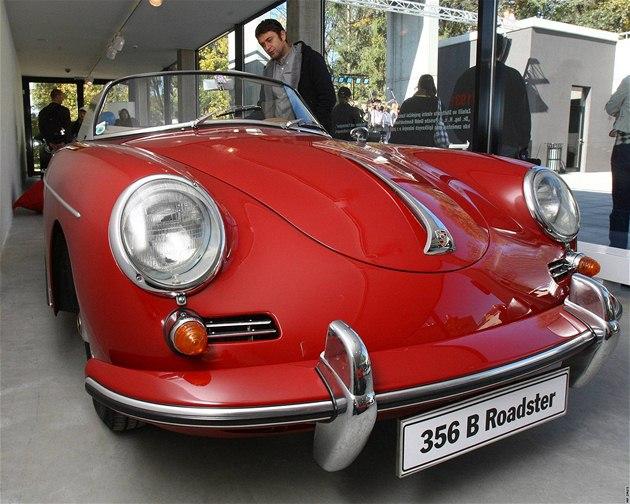 Nov� otev�ené Porsche centrum ve Vratislavicích nad Nisou jako památník rodáka Ferninanda Porsche.