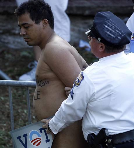 Policista odvádí Juana Rodrigueze, který se pokusil nahý narušit projev amerického prezidenta Obamy ve Filadelfii.