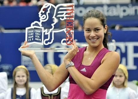 Ana Ivanovičová pózuje s trofejí pro vítězku turnaje v Linci