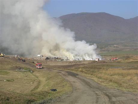 Skládka ve Vysoké Peci na Chomutovsku hoří na ploše 30 krát 50 metrů