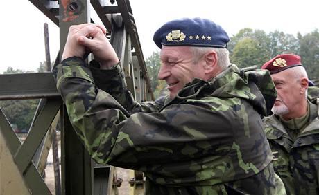 Náčelník generálního štábu Vlastimil Picek dotahuje poslední šroub v obci Višňová