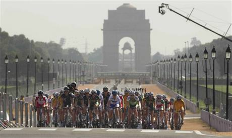 """A KDE JSOU DIVÁCI? Závod cyklistitek projížděl """"mrtvým"""" městem."""