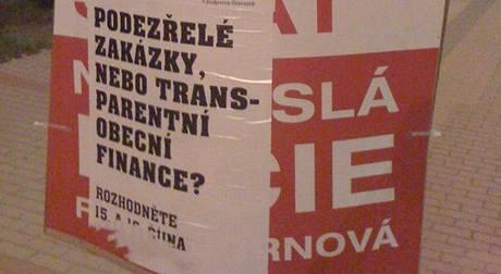 Někteří kandidáti obvinili TOP 09, že noc před volbami přelepila jejich plakáty. (14. října 2010)