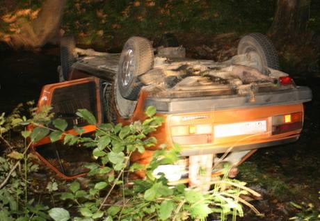 Auto, které řídil opilý řidič, skončilo na střeše v potoce.