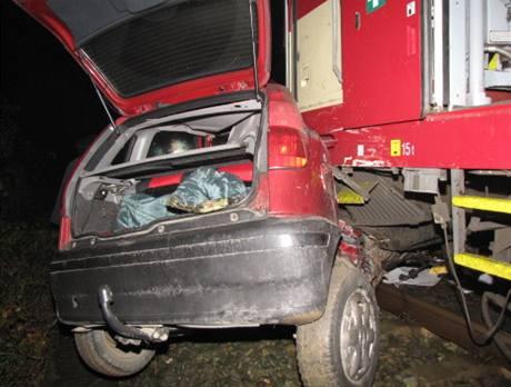 Náraz vlaku osobní auto zcela zdemoloval.