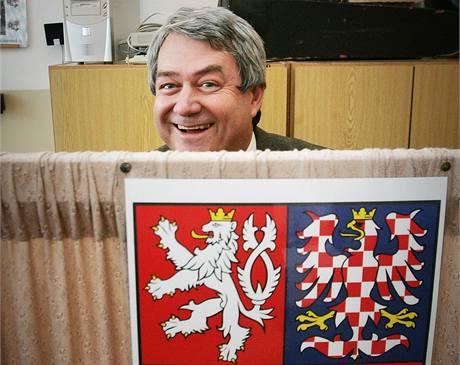 Předseda KSČM Vojtěch Filip u voleb v Českých Budějovicích. (15. října 2010)