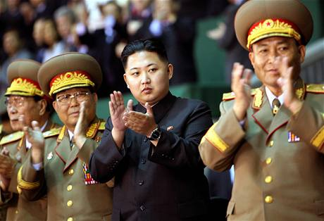 Kim �ong-un (uprost�ed), syn severokorejsk�ho v�dce Kim �ong-ila