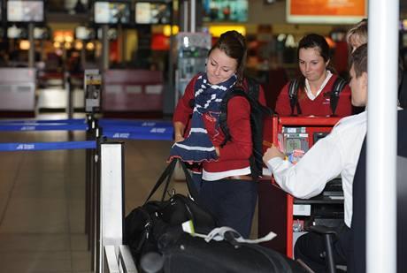 Odlet českých golfových amatérek na mistrovství světa: Klára Spilková nakládá objemné zavazadlo.