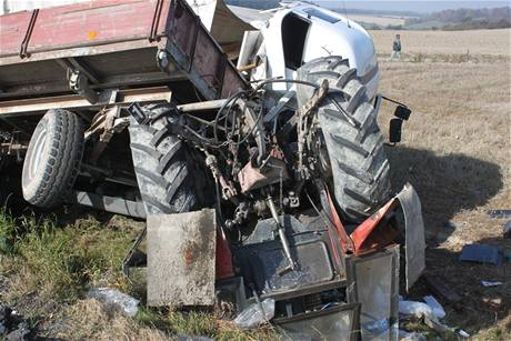 Nákladní auto smetlo ze silnice traktor odbočující vlevo