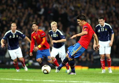 Španělský útočník David Villa skóruje z penalty v kvalifikačním zápase ve Skotsku