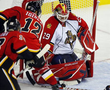 Brank�� Floridy Tom� Vokoun �el� tlaku hokejist� Calgary.