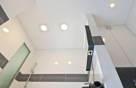 V koupelně byla použita speciální bezpečnostní zápustná světla (Ravak)