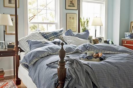 Do ložnic Mary Kennedyová s Anette Lundtovou vybraly textilie, vyrobené z přírodních materiálů (bavlny a vlny) a zdobené tradičními dekory – kostkami, pruhy a hvězdami v modrobílém barevném provedení
