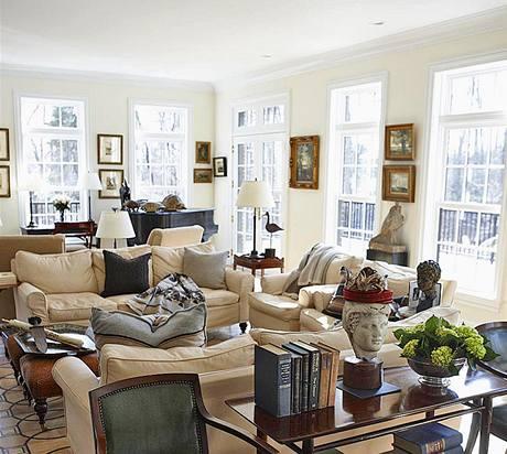 Obývací pokoj má mnoho světla a krásný výhled. Dřevěná vykládaná podlaha s originálním geometrickým vzorem vznikla recyklací původních podlah, a spojuje tak přítomnost s minulostí.