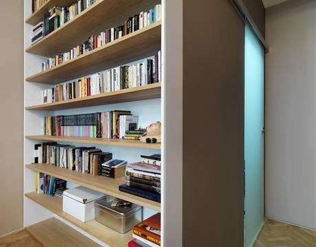 Hnědé odstíny vyniknou s bukovými policemi a bílým vnitřkem knihovny