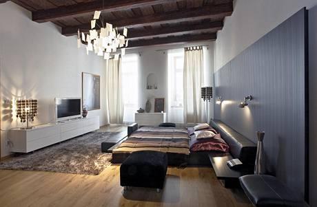 Svítidlo Zettel'z od Ingo Maurera vypadá dobře i na původním trámovém stropě