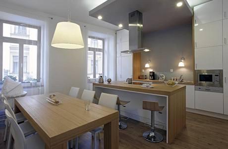 Lampičky nad dřezem a pracovní plochou dokazují, že i v kuchyni lze použít designová svítidla působící dekorativně