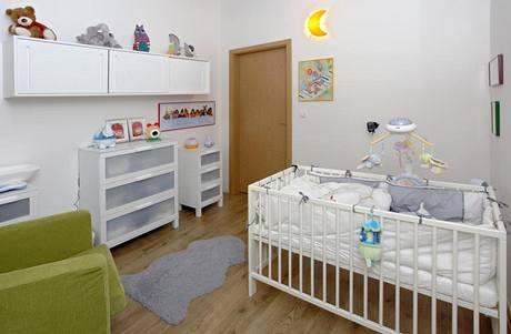 Dětský pokoj se nevymyká konceptu bytu - není zbytečně přeplněný a převládají v něm pastelové odstíny, nabízí tak příjemné útočiště pro malého Maxe
