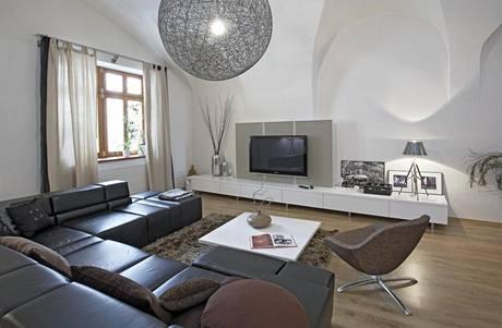 Klenuté stropy jsou v působivém kontrastu s moderním nábytkem, který si majitelé navrhli sami