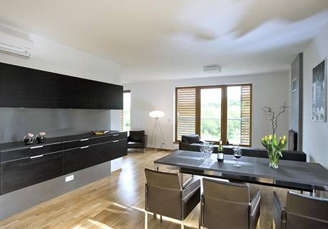 Závěsná nábytková stěna v odstínu Black Pinie (Eggersmann) opticky podporuje pocit jednoduchosti a lehkosti v interiéru