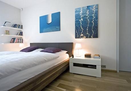 Vybavení ložnice je střídmé. I zde převládají materiály použité v polyfunkční místnosti. Na podlaze jsou dubové parkety, úložný nábytek z MDF materiálu.