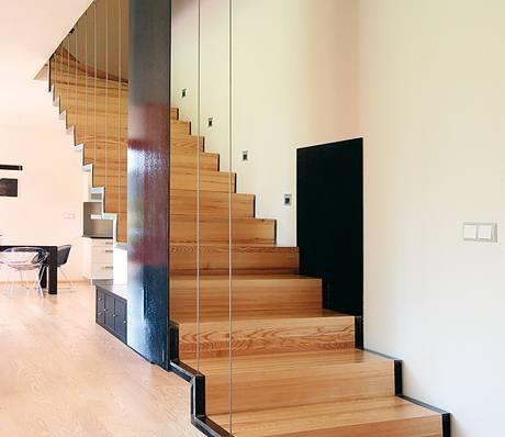 Zavěšené schodiště je konstrukčně jednoduché, elegantní a stejně jako celý dům nikterak okázalé