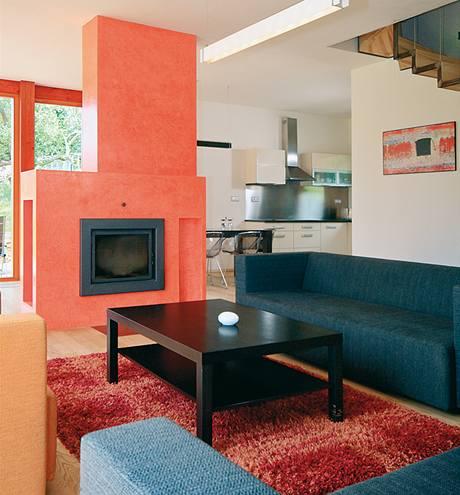 Krb se stal přirozenou dominantou obývacího pokoje, který sousedí s jídelním koutem a kuchyní. Důležitá je zde jednoduchá, ale velmi efektní hra s barvami.