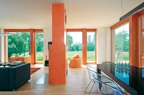 Z obývacího pokoje je možné vstoupit na terasu a dále pak na svažující se zahradu