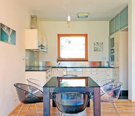 Kuchyně má praktický tvar písmene U
