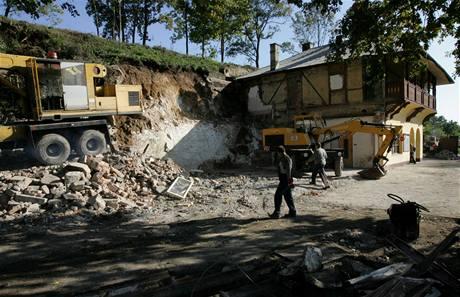 Domek přílehající ke vstupní budově do Mladečských jeskyní už je zbouraný.