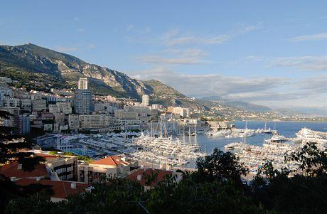Pohled na přístav v Monaku a čtvrť Monte Carlo