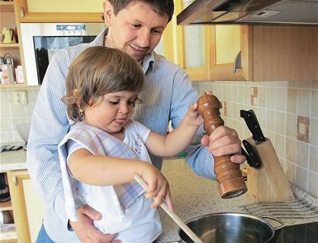 Budoucí šéfkuchařka? U Svatkových se do vaření čím dál více zapojuje tříletá dcera Martina